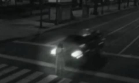 Απόκοσμο βίντεο: Αυτοκίνητο περνά μέσα από γυναίκα που εμφανίζεται ξαφνικά στη μέση του δρόμου!