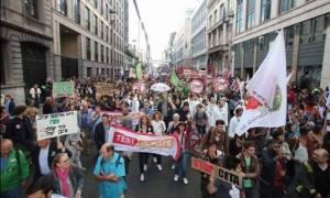 Βρυξέλλες: Μεγάλη διαδήλωση κατά του «ελεύθερου εμπορίου» με τις ΗΠΑ