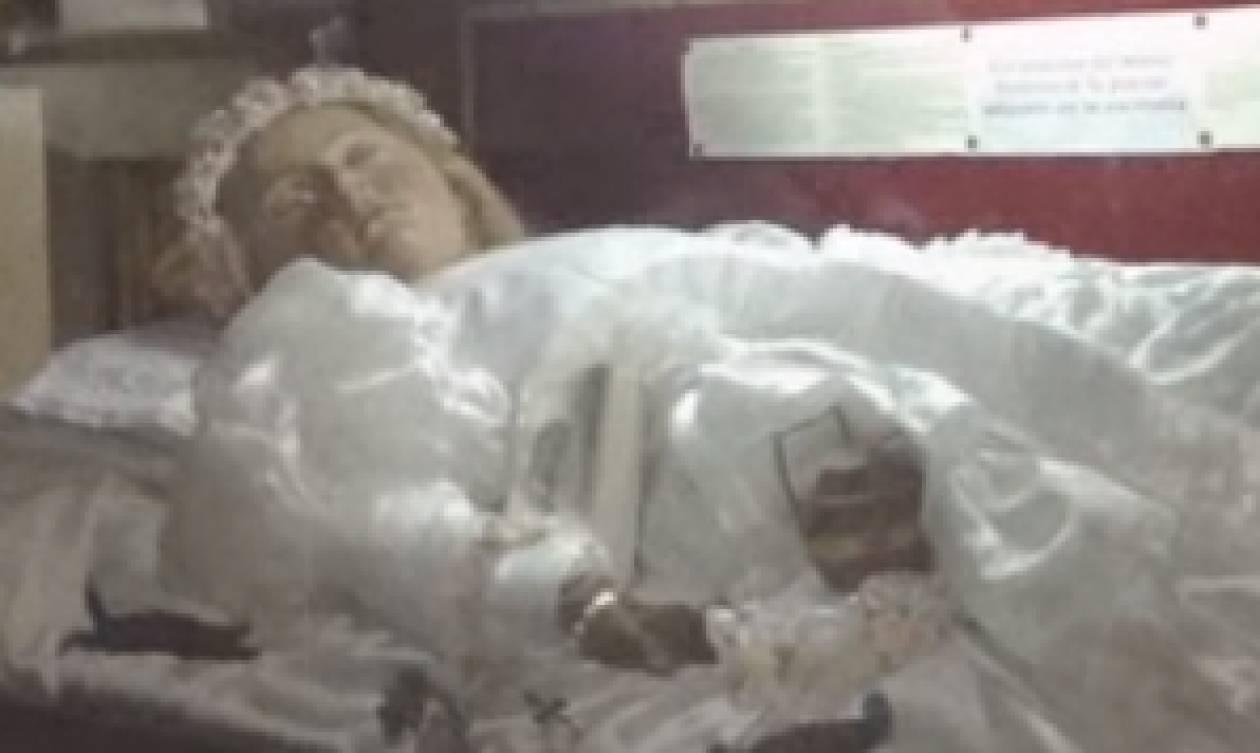 Θα ανατριχιάσετε! Καθολική Αγία δολοφονημένη πριν 300 χρόνια, έκλεισε το μάτι σε πιστό... (video)