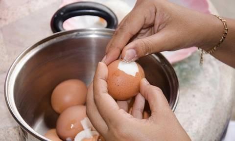 Τόσα χρόνια καθαρίζετε τα αυγά λάθος - Δείτε το απόλυτο κόλπο