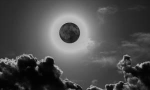 Έρχεται σήμερα το τέλος του κόσμου; Πλησιάζει το «Μαύρο Φεγγάρι» που συνδέουν με την Αποκάλυψη