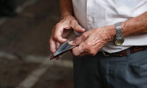 Σοκ για 280.000 συνταξιούχους - «Ψαλιδισμένα» μέχρι και 50% τα μερίσματα