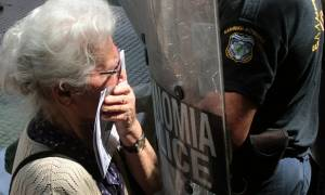 Ποια είναι η 85χρονη συνταξιούχος που ψέκασαν με χημικά τα ΜΑΤ