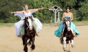 Επική αποτυχία: Μια νύφη καβάλα στο άλογο σε μια λίμνη - Μπορείτε να μαντέψετε τη συνέχεια; (photos)