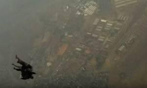 Σκύλος της αστυνομίας πέφτει από τον... αέρα με αλεξίπτωτο στην Αφρική (video)