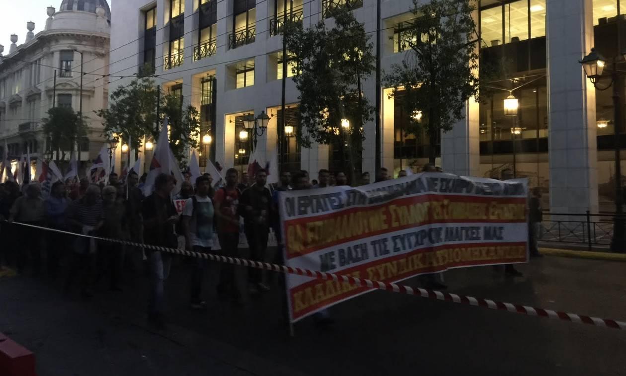 Τώρα: Συνδικαλιστές του ΠΑΜΕ έξω από το Υπουργείο Εργασίας – Συνάντηση με Κατρούγκαλο (pics)