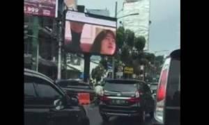 Διαφημιστική πινακίδα άρχισε να μεταδίδει πορνό στην Ινδονησία (photo)