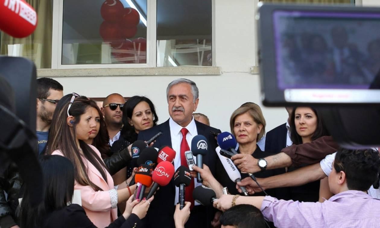 Ο Ακιντζί διαψεύδει τα περί ενδιάμεσης συμφωνίας στο Κυπριακό