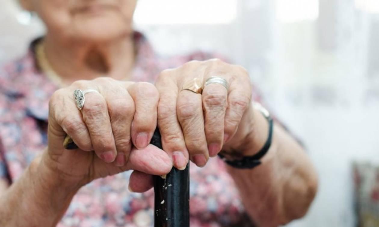 Κρήτη: Απίστευτο – «Τσάκωσαν» 80χρονη σε καφετέρια να… - Σάλος με αυτό που συνέβη!