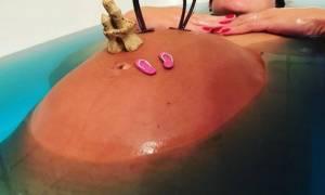 Διάσημος μπαμπάς φωτογράφησε γυμνή την εγκυμονούσα αρραβωνιαστικιά του στην μπανιέρα