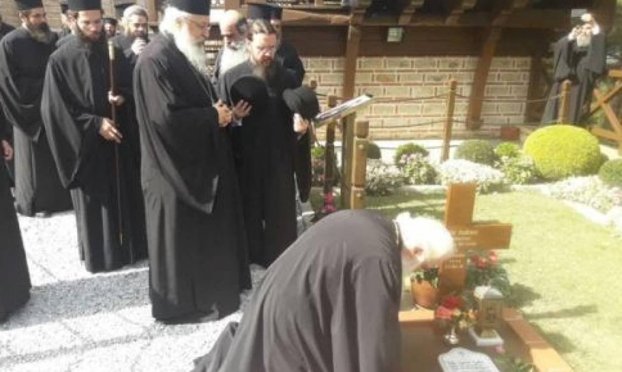 Ο Δημητριάδος Ιγνάτιος στον τάφο του Αγίου Παϊσίου