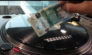 Εντυπωσιακό: Το νέο ανθεκτικό χαρτονόμισμα της Αγγλίας μετατρέπεται σε... βελόνα πικαπ! (vid)