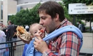Viral: Τα δέκα ξεκαρδιστικά πράγματα που οι μαμάδες και οι μπαμπάδες κάνουν διαφορετικά (Pics)