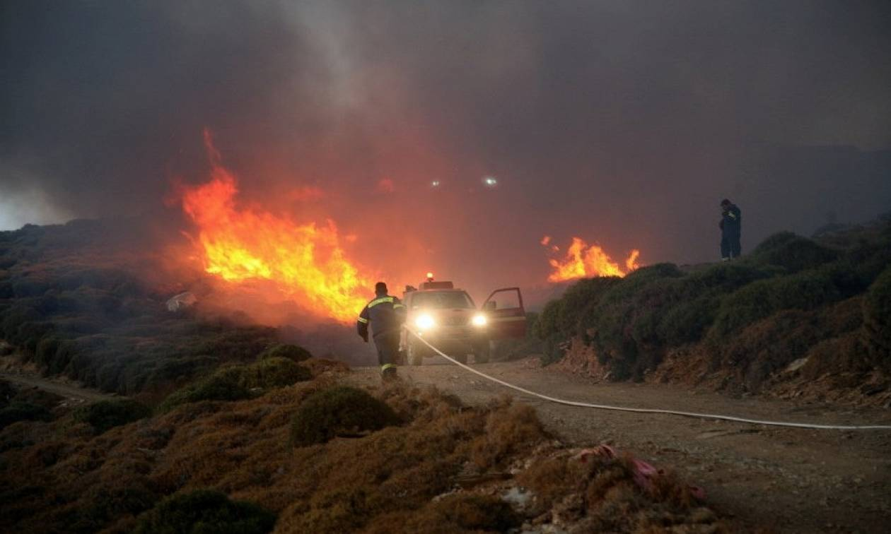 Μεγάλη φωτιά στην Άνδρο - Απειλούνται κατοικίες (pics)