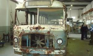 Γιατί ένα λεωφορείο του 1958 κυκλοφορεί ξανά στους δρόμους της Αθήνας;