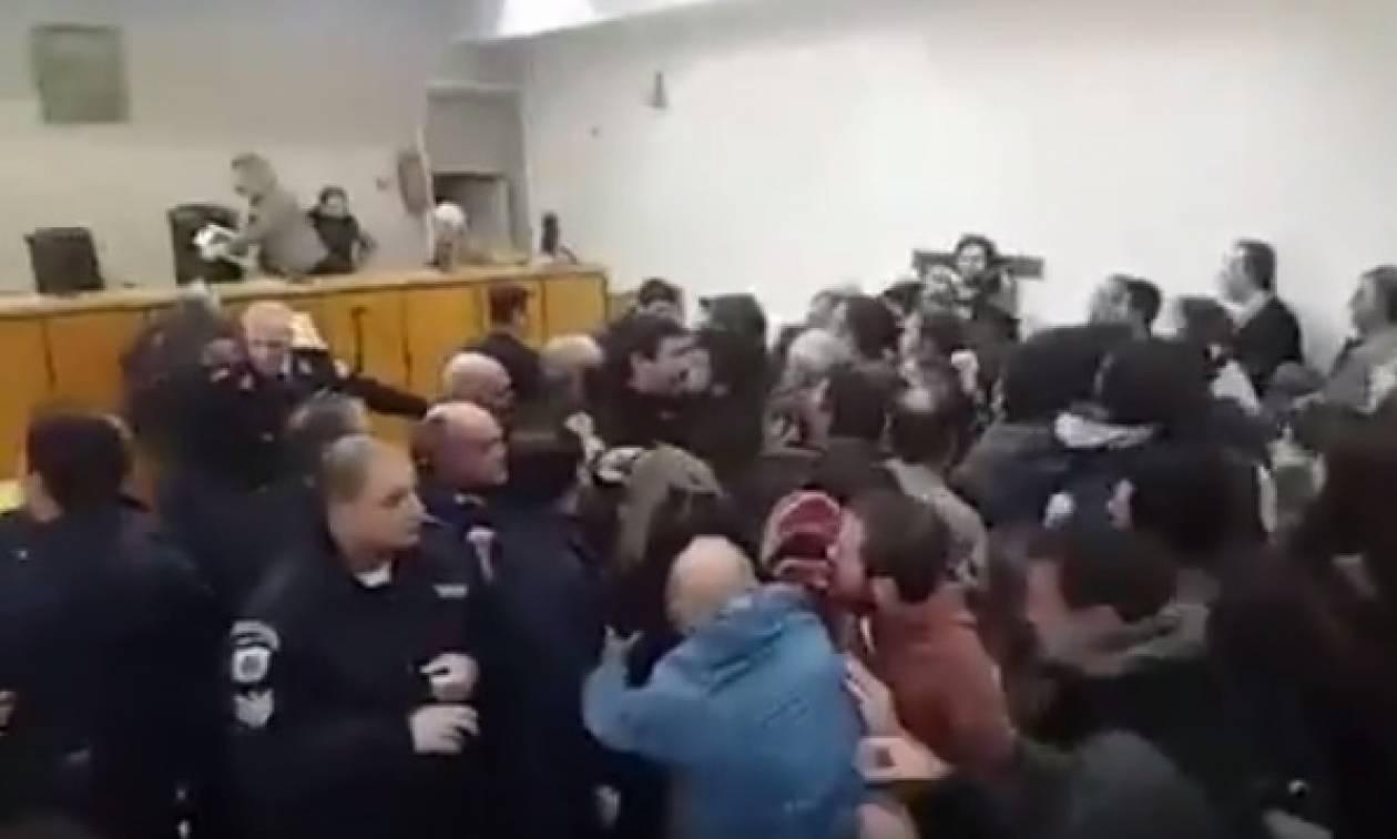 Οργή λαού για τους πλειστηριασμούς: Φυγαδεύτηκε η πρόεδρος των συμβολαιογράφων στη Θεσσαλονίκη (vid)