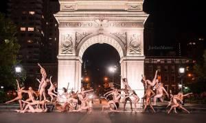 Ολόγυμνοι χορευτές ποζάρουν νύχτα σε ολόκληρο τον πλανήτη και αναστατώνουν (video+photos)