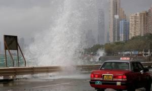Συναγερμός στο Χονγκ Κονγκ: Πλησιάζει ο τυφώνας Χαΐμα (video)