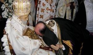 Καθιστός στο θρόνο του ο κοιμηθείς Επίσκοπος Φθιώτιδας