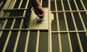 Στη φυλακή το ανδρόγυνο που έκαιγε με τσιγάρα τα ανήλικα παιδιά του