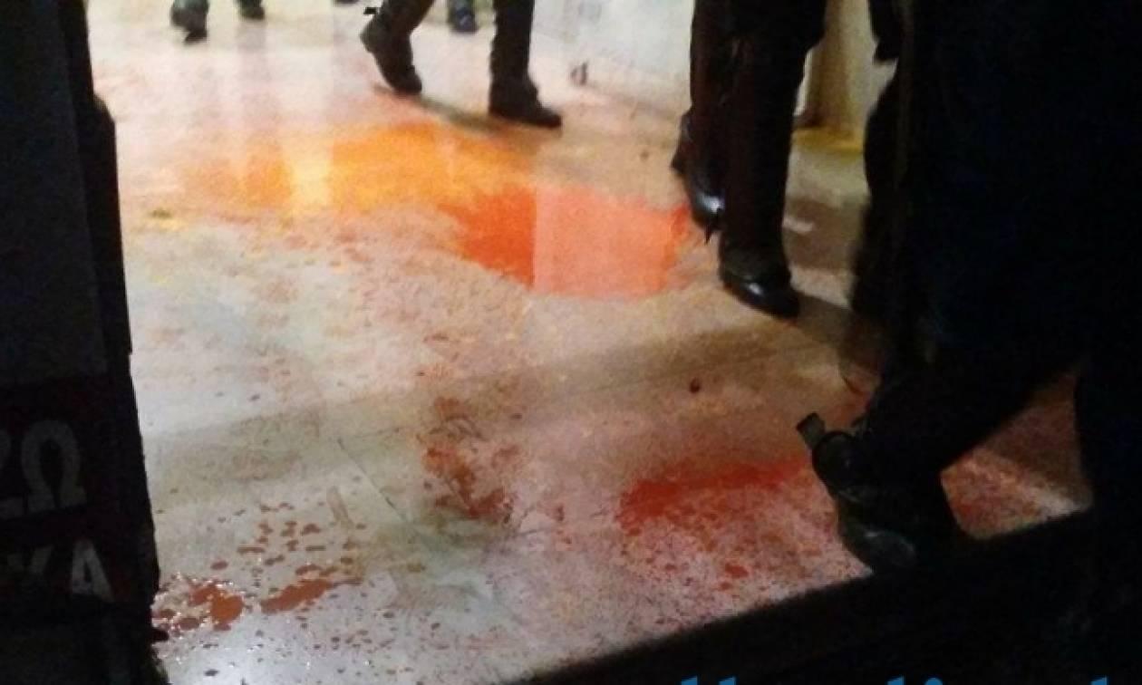 Θεσσαλονίκη: Αντιεξουσιαστές πέταξαν μπογιές στα γραφεία του ΣΥΡΙΖΑ (vid)