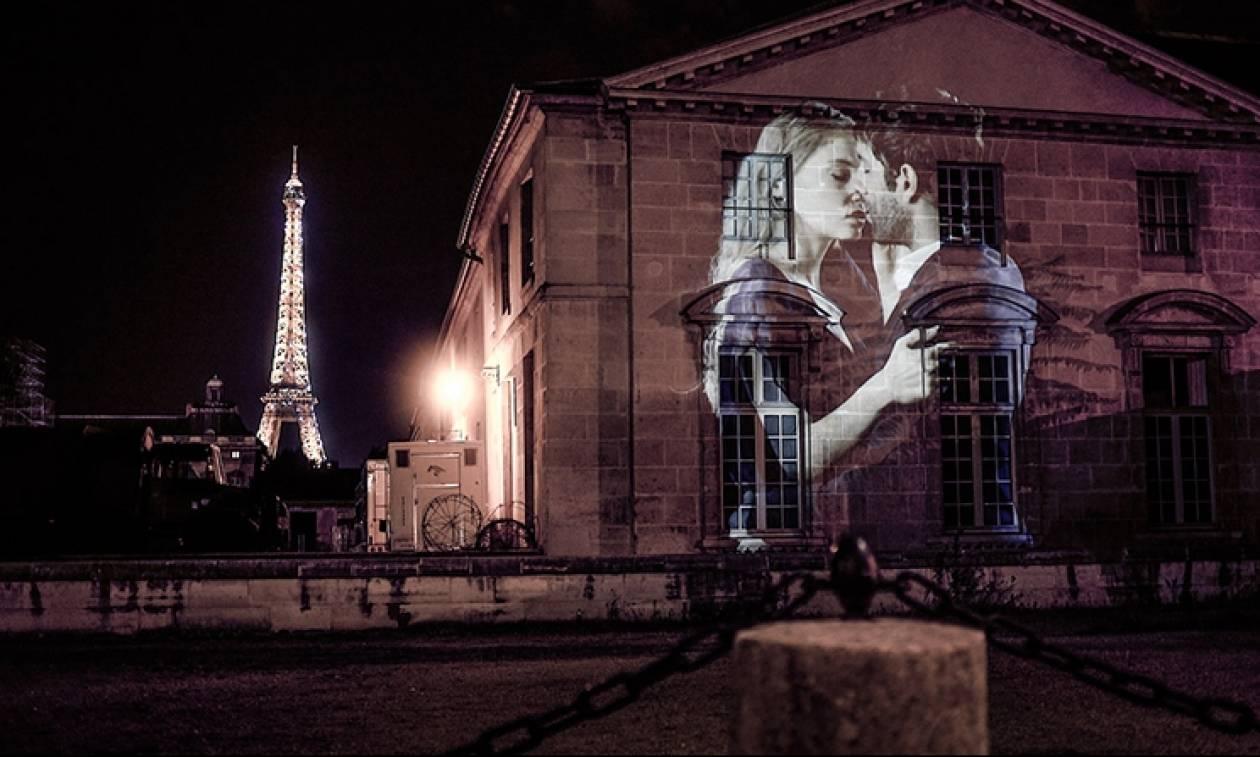 Ένα φιλί σε... τοίχους του Παρισιού (video+photos)