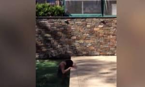 Γιατί ένα κοριτσάκι που βγαίνει από την πισίνα είναι ότι πιο ανατριχιαστικό θα δείτε σήμερα (video)
