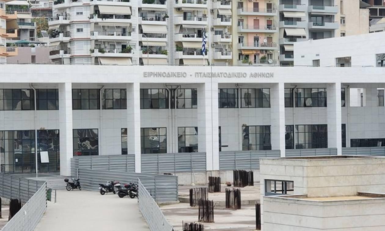 Χαμός σε πλειστηριασμό στο Ειρηνοδικείο Αθηνών: «Παλιοκοράκι, κουνάς και το κεφάλι» (video)