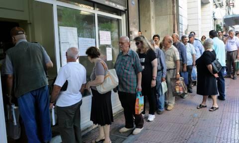 Από σήμερα οι καταβολές των συντάξεων: «Ουρές» στα ταμεία και όχι στα ATM