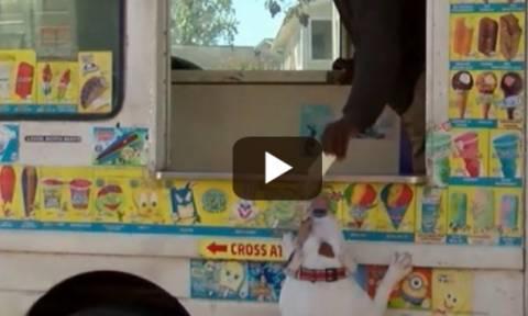 Απίστευτος σκύλος πηγαίνει και αγοράζει παγωτό από μαγαζί και το καταβροχθίζει (video)