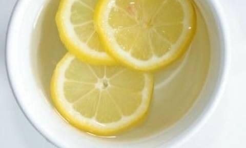 Νερό με λεμόνι: Πέντε beauty οφέλη του