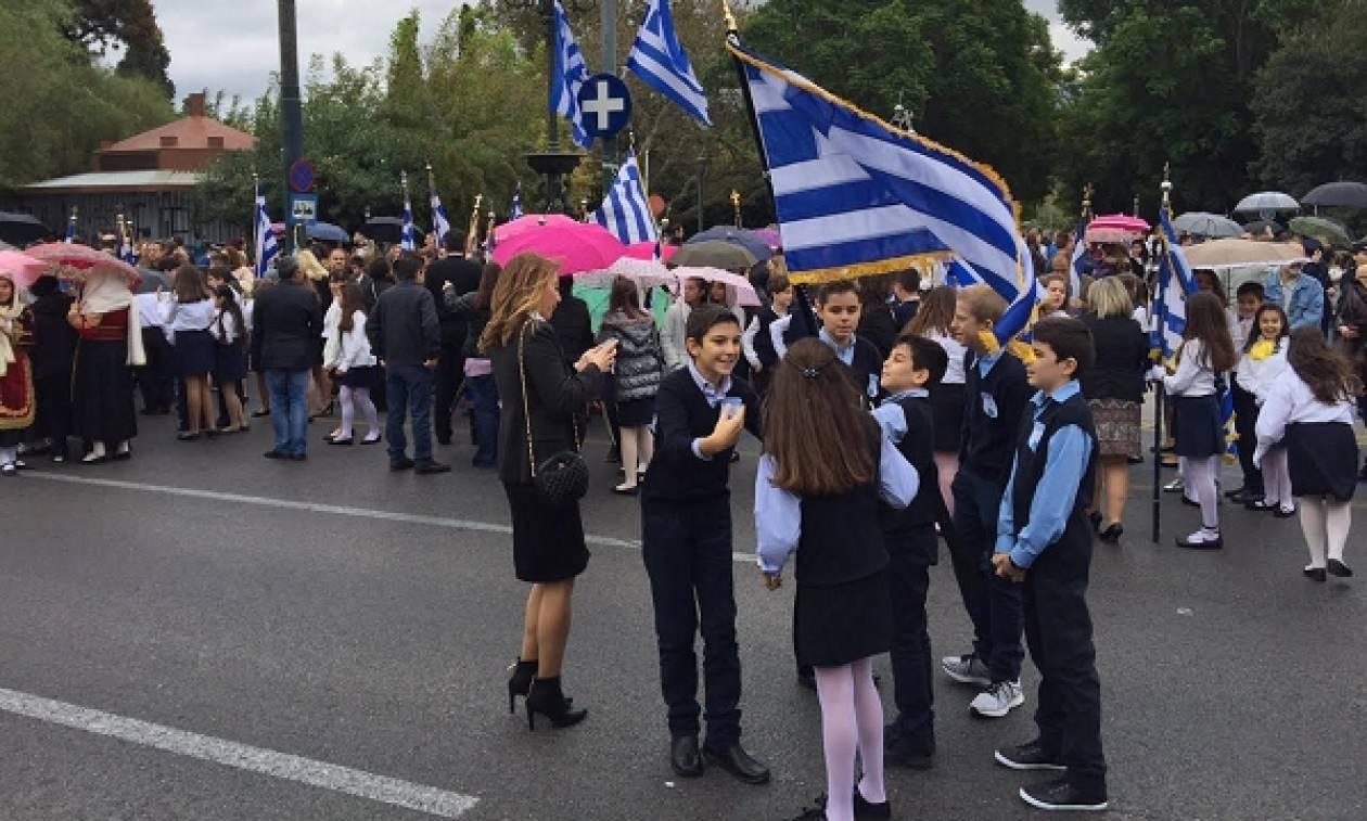 28η Οκτωβρίου - Μαθητική παρέλαση: Η εντυπωσιακή αστυνομικός που «τράβηξε» τα βλέμματα όλων (pics)