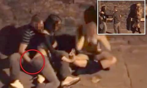 Το ακατάλληλο βίντεο που αηδίασε το διαδίκτυο: Την ικανοποιεί στο πεζοδρόμιο ενώ δίπλα η φίλη της...