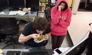 Πέντε φαγητά που δεν πρέπει να φέρεις ΠΟΤΕ στο γραφείο