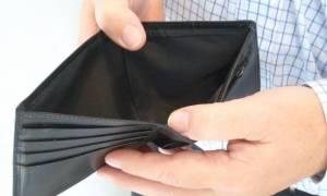Εφορία και δάνεια καταπίνουν τις καταθέσεις