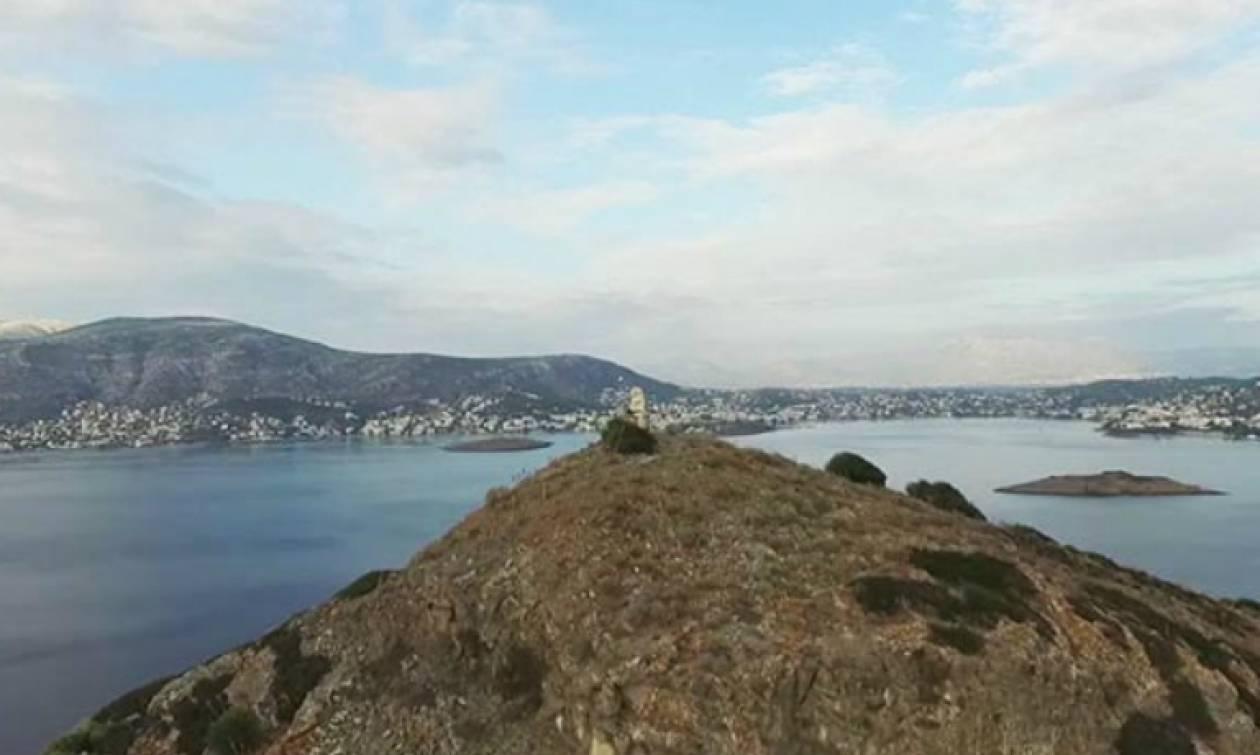 Λίγοι γνωρίζουν το μυστικό που κρύβει το νησάκι απέναντι από το Πόρτο Ράφτη (video)