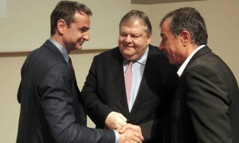 Πολιτικό φλερτ Μητσοτάκη με Βενιζέλο και Θεοδωράκη