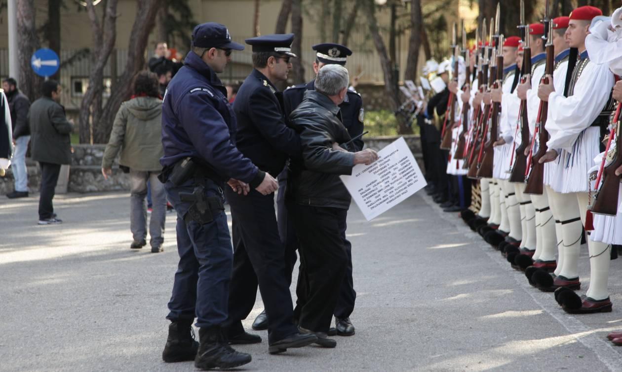 Κηδεία Στεφανόπουλου: Απρόοπτο περιστατικό μπροστά στο άγημα