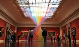 Αυτό το «παγιδευμένο» ουράνιο τόξο είναι φτιαγμένο από χιλιάδες χρωματιστές κλωστές (Pics)