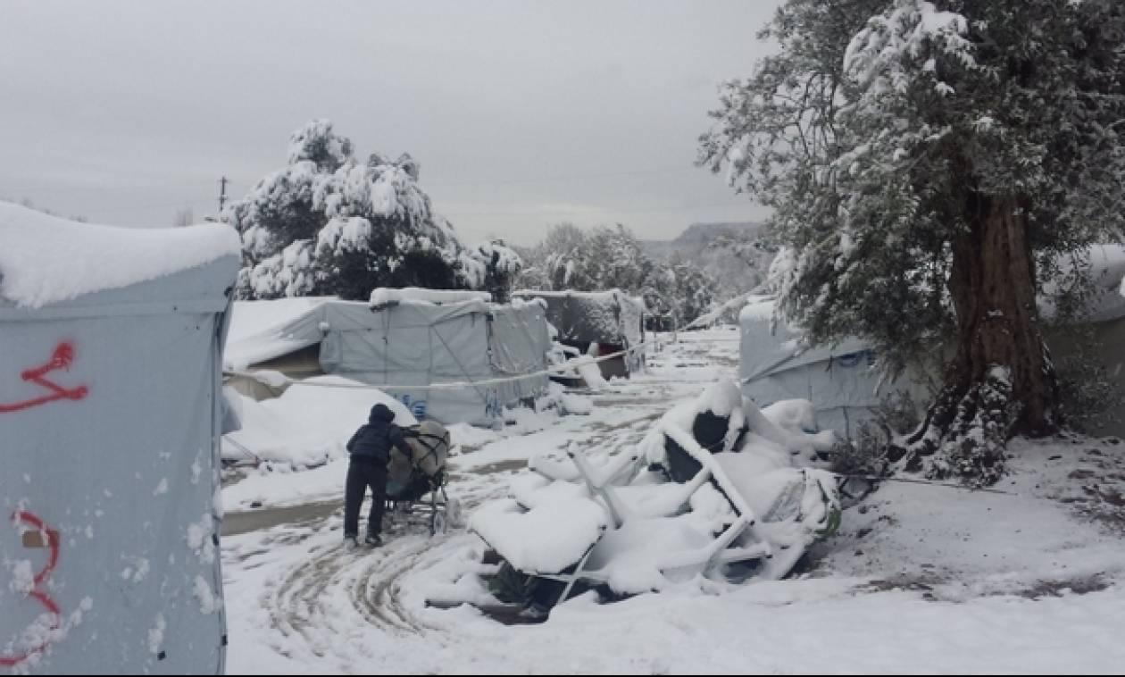 Στο έλεος του χιονιά οι πρόσφυγες - Προσπαθούν να προφυλαχτούν μέσα στις σκηνές (photo)