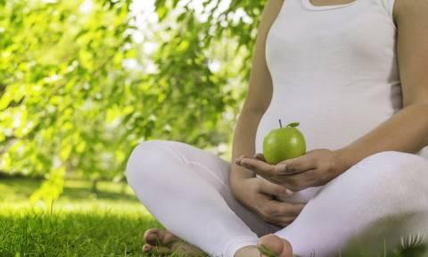 Αντιμετωπίστε με φυσικό τρόπο τις καούρες και τη δυσπεψία στην εγκυμοσύνη