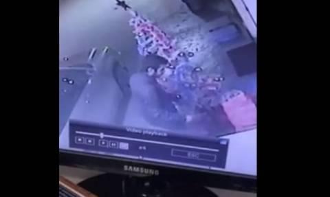 Έκλεψαν περίπτερο αλλά τους έπιασε η κάμερα - Δείτε τη στιγμή του «χτυπήματος» (vid)