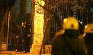Επεισόδια Γρηγορόπουλος: Απίστευτες βρισιές μεταξύ διαδηλωτών και ΜΑΤ - Άντε γ@...  (video)