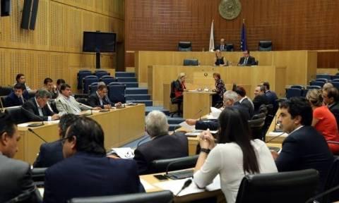 Βαριές κουβέντες στη Βουλή: Μισθοί πιο χαμηλοί από μια νύχτα στα μπουζούκια
