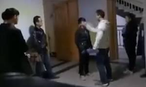 Βίντεο σοκ: Καθηγητής ανάγκασε αργοπορημένους φοιτητές να χαστουκίσουν ο ένας τον άλλον!