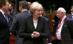 Η αμήχανη στιγμή της Μέι στη Σύνοδο Κορυφής - Έκαναν σαν να μην υπάρχει! (vid)
