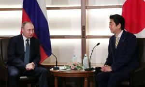 Συνεχίζονται οι συνομιλίες μεταξύ Πούτιν και Άμπε με στόχο την ενίσχυση της οικονομικής συνεργασίας
