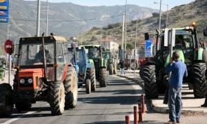 Κλείνουν τους δρόμους οι αγρότες