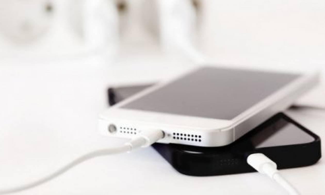 Ετσι θα φορτίσεις πιο εύκολα το κινητό σου! Αυτά τα 4 κόλπα θα σου λύσουν τα χέρια...