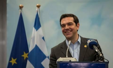 Politico: «Πονηρός» ο Τσίπρας - Με «δώρα» προσπαθεί να ανεβάσει την δημοτικότητα του